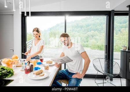 Junges Paar beim Frühstück zu Hause - Stockfoto
