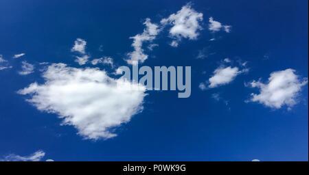 Schöne Wolken vor blauem Himmel Hintergrund. Wolke Himmel. Blauer Himmel mit bewölktem Wetter, Natur Wolke. Weiße Wolken, blauer Himmel und Sonne - Stockfoto