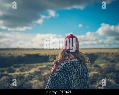 Eine junge Frau wird auf dem Moor im Winter - Stockfoto