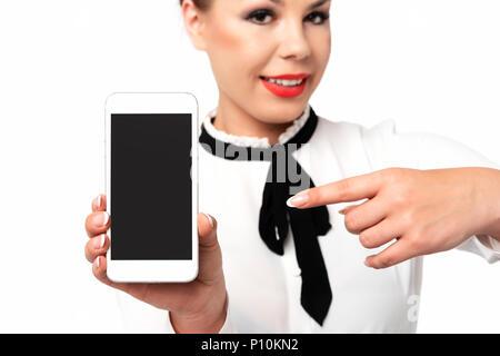 Mobile Technologie Werbung Konzept Bild - elegante Frau, die in förmlichen Business Kleidung mit perfekten Fingernägeln holding Smartphone mit leeren Bildschirm. - Stockfoto