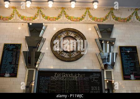Art déco-Spiegeln und eine antike Uhr innerhalb des Croissant d'oder Konditorei auf Parc Avenue im französischen Viertel von New Orleans, Louisiana. - Stockfoto