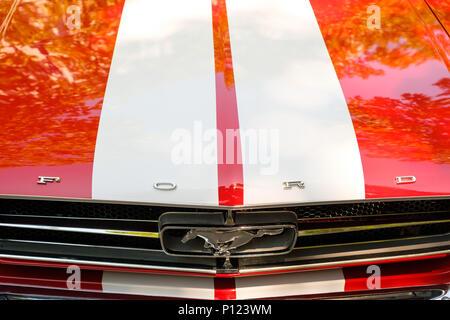 Berlin, Deutschland - Juni 09, 2018: Kühlergrill und Motorhaube eines Ford Mustang Auto zeigt das Logo/Markenzeichen bei Oldtimer Automobil Veranstaltung in B - Stockfoto