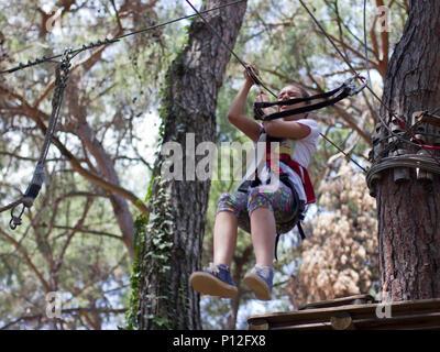 Kletterausrüstung Baum : Mädchen mit kletterausrüstung klettern wald neroberg wiesbaden