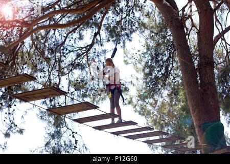 Kletterausrüstung Baum : Mädchen teenager mit angst gesicht kletterausrüstung im seil