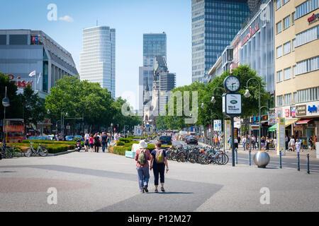 Berlin, Deutschland - Juni, 2018: Zwei Reisende mit Rucksäcken am berühmten Shopping Boulevard Kurfürstendamm, auch Ku'Damm in Berlin, Deutschland - Stockfoto