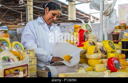 Lokale peruanische Frau Käse Hersteller im Mercado Central de San Pedro, San Pedro, Cusco, Cuzco. Peru Südamerika. - Stockfoto