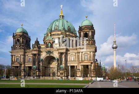 Berlin, Deutschland - 5. April 2017: Berliner Dom und Fernsehturm Berlin - Stockfoto