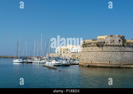 Alten Hafen von Gallipoli, Apulien, Italien, berühmten Urlaubsort mit wunderschönen weißen Sandstränden - Stockfoto