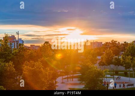 Ein helles Sonnenuntergang im Park an der Mündung des Flusses Turia vor dem Regen. Valencia, Spanien. - Stockfoto