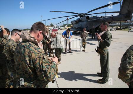 Marines mit Special Purpose Marine Air-Ground Task Force-Southern Befehl eine Mission und Sicherheit kurz vor dem Einschiffen CH-53E Super Stallion Hubschrauber und Abfahrt auf Grand Cayman Island im Soto Cano Air Base, Honduras 4. Oktober 2016 erhalten. Die SPMAGTF-SC ist Teil des US Southern Command response team in Kaiman Inseln inszeniert, bereit, USA Katastrophenhilfemaßnahmen in der Karibik, in Reaktion auf den Hurrikan Matthew unterstützen. SPMAGTF-SC eingesetzt, Mittelamerika im Juni als schnelle Eingreiftruppe während der Hurrikan Saison zu dienen. (United States Marine Corps Foto von Sgt. Ian Ferro) - Stockfoto