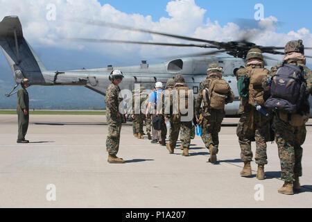 Marines mit Special Purpose Marine Air-Ground Task Force - Southern Command board CH-53E Super Stallion Hubschrauber und Abfahrt nach Grand Cayman Island von Soto Cano Air Base, Honduras, der 4. Oktober 2016. Die SPMAGTF-SC ist Teil des US Southern Command response team in Kaiman Inseln inszeniert, bereit, USA Katastrophenhilfemaßnahmen in der Karibik, in Reaktion auf den Hurrikan Matthew unterstützen. SPMAGTF-SC eingesetzt, Mittelamerika im Juni als schnelle Eingreiftruppe während der Hurrikan Saison zu dienen. (United States Marine Corps Foto von Sgt. Ian Ferro) - Stockfoto
