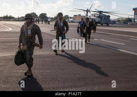 Us-Marines mit speziellen Zweck Marine Air-Ground Task Force - südliche Befehl kommen auf den Cayman Islands an Bord zwei CH-53E Super Stallion Hubschrauber bereit, die humanitäre Hilfe und Katastrophenhilfe zu Haiti in Reaktion auf den Hurrikan Matthäus, der 4. Oktober 2016 zu unterstützen. Die Marines von SPMAGTF - SC sind Teil der Antwort Team US Southern Command auf den Cayman Islands inszeniert. Hurricane Matthew war ein Hurrikan der Kategorie 4, die in den Westlichen Atlantik gebildet und betroffenen Haiti, Kuba, Bahamas, bevor die Ostküste der Vereinigten Staaten. (U.S. Marine Corps Foto - Stockfoto
