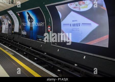 """Rathaus hat angekündigt, dass Junk food Adverts über den gesamten Transport for London (TfL) Netzwerk verboten werden könnte. Bürgermeister von London, Sadiq Khan, der sagt, er will tickende Zeitbombe die Hauptstädte'' der Fettleibigkeit von Kindern zu bekämpfen. Wenn der Vorschlag angenommen, """"ungesundes Essen und Trinken' Anzeigen werden in der Londoner U-Bahn, S-Bahn, Busse und Wartehäuschen verboten werden. Mit: Atmosphäre, Wo: London, England, Großbritannien Wann: 11. Mai 2018 Credit: Wheatley/WANN"""