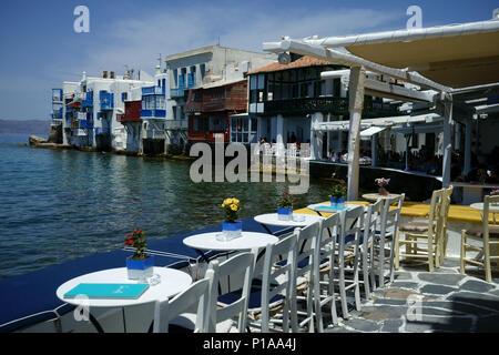 Ansicht von der Straße restaurant Strand entlang zu den Bereich cald Llittle 'Venedig' in der Stadt Mykonos, Kykladen, Griechenland - Stockfoto