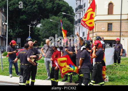 Padua Juni 12th, 2018. Etwa 50 Feuerwehrleute blockiert den Verkehr in Piazza Stanga gegen die schlechten Bedingungen des Arbeitsvertrages zu protestieren. Sie haben keine Versicherung für Verletzungen, Pay blockiert ist, und das bedeutet, dass Sie nach Bedarf Reparaturen arbeiten. Credit: Ferdinando Piezzi/Alamy leben Nachrichten - Stockfoto