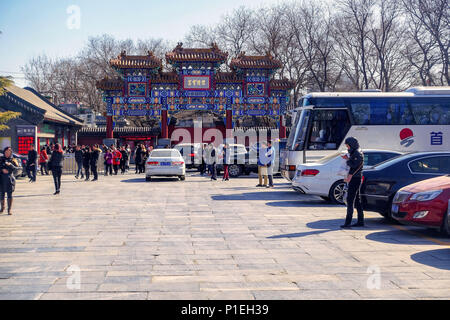 Peking, China - MÄRZ 10, 2016: Touristen und Pilger an der Yonghegong Lamatempel in Peking, China. - Stockfoto