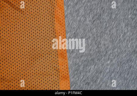 Draufsicht auf das Tuch textile Oberfläche. Close-up rumpled Heizung und Gewirke Textur mit einem dünnen Streifenmuster. Sport Bekleidung Stoff Textur. Colo - Stockfoto