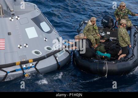 Die NASA Astronauten prüfen die Orion Raumschiff Startbedingungen in ...