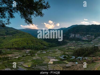 Aus der Vogelperspektive Paro Taktsang Dorf und dem berühmten Tiger Nest Kloster ist auch oben rechts sichtbar