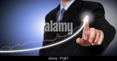 Geschäftsmann Berühren eines Informiert auf Wachstum. - Stockfoto