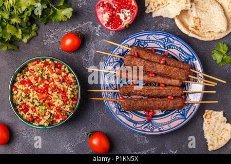 Klassische kebabs mit tabbouleh Salat, traditionelle orientalische oder arabische Gericht. Ansicht von oben. - Stockfoto