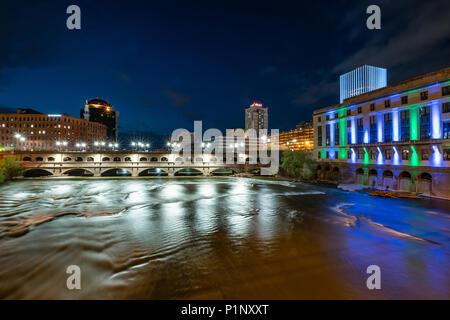 ROCHESTER, NY - 14. MAI 2018: Court Street Bridge in Rochester, New York entlang der Genesee River bei Nacht