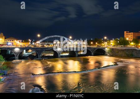 ROCHESTER, NY - 14. MAI 2018: Broad Street Bridge in Rochester, New York entlang der Genesee River bei Nacht