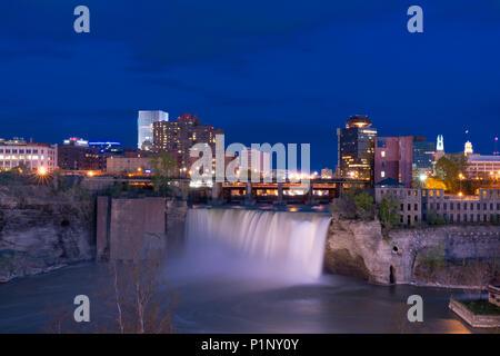 ROCHESTER, NY - 14. MAI 2018: Skyline von Rochester, New York an der hohen Wasserfälle entlang der Genesee River bei Nacht