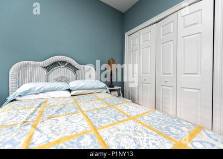 wohngeb ude schlafzimmer blau einrichtung bett verteilt gepolstertes kopfteil. Black Bedroom Furniture Sets. Home Design Ideas