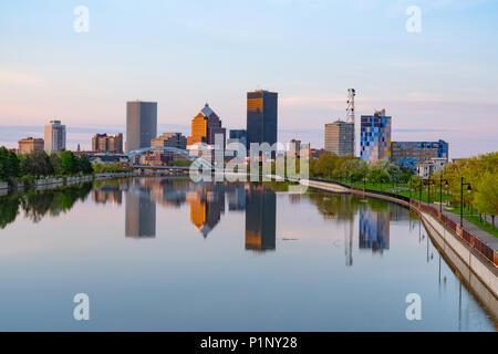ROCHESTER, NY - 14. MAI 2018: Skyline von Rochester, New York entlang der Genesee River bei Sonnenuntergang