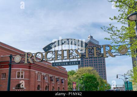 ROCHESTER, NY - 14. MAI 2018: Willkommen in Rochester Zeichen entlang South Clinton Avenue in der Innenstadt von Rochester, New York