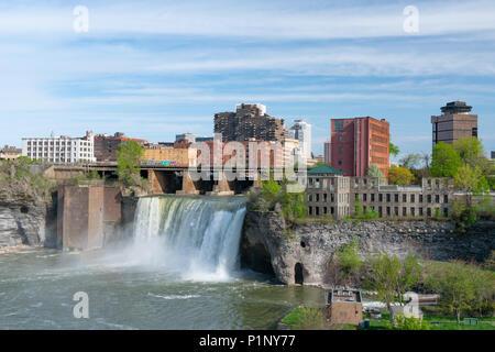 ROCHESTER, NY - 14. MAI 2018: Skyline von Rochester, New York an der hohen Wasserfälle entlang der Genesee River