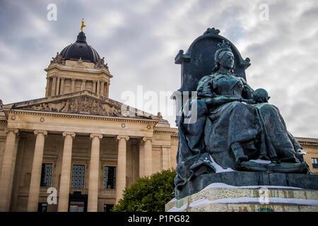 Eine Skulptur von Königin Victoria mit den Manitoba Legislative Building im Hintergrund mit einer Statue der Golden Boy auf der Oberseite - Stockfoto