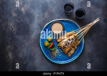 Oder satay Sate Ayam - hähnchenspieße mit Erdnuss-sauce, Platz für Text.