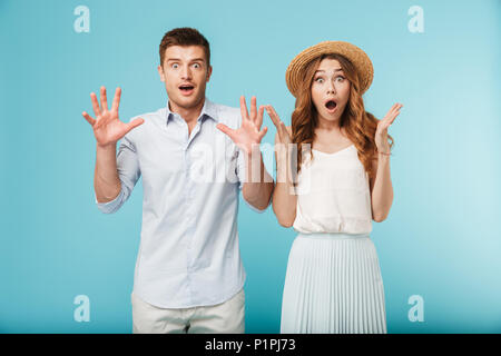 Porträt der jungen schockiert, Kaukasier, Mann und Frau über blauen Hintergrund isoliert. - Stockfoto