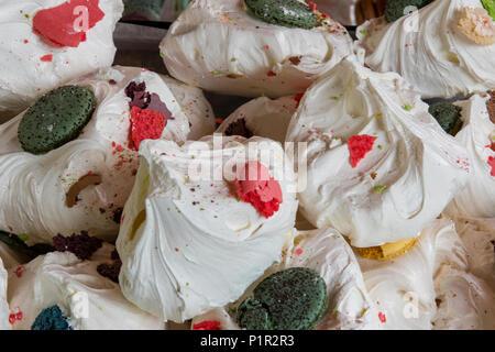 Eine Auswahl an leckeren Mast und zuckerhaltigen Baisers auf Anzeige an einen Kuchen und Süßwaren auf Borough Market in London ausgeht. Spezialitäten und feinen Kuchen - Stockfoto