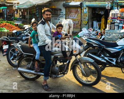 Vater mit zwei kleinen Söhnen auf einem Motorrad, Jaisalmer, Rajasthan, Indien - Stockfoto