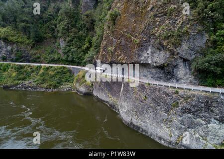 Wohnmobil an den Falken Crag, und Buller River, Buller Gorge, State Highway 6 in der Nähe von Westport, West Coast, South Island, Neuseeland - drone Antenne - Stockfoto