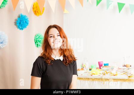 Schöne Mädchen Animator arbeitet auf der Geburtstagsfeier - Stockfoto