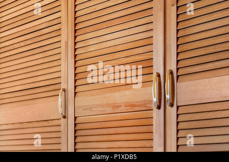 Modernes Holzgehäuse im klassischen Landhausstil. Details zu Kleiderschrank Fall mit Shutter plank Türen. Country house Interieur. - Stockfoto