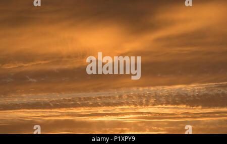 Roter Himmel bei Sonnenuntergang anzeigen Leuchten hinter Wolken, Nordengland Stockfoto