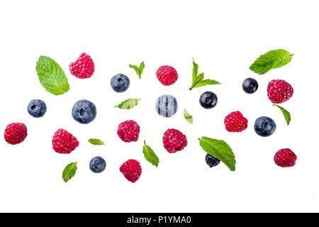 Kreative Gestaltung, Hintergrund, mit frischen Beeren, einfache Muster auf weißem Hintergrund. Himbeere, Heidelbeere, Minze, Zitrone. - Stockfoto