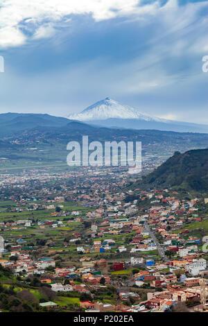 Wunderschöne Aussicht auf Teneriffa Landschaft mit Vulkan Pico del Teide im Abstand von Mirador Cruz del Carmen Observation Deck. - Stockfoto