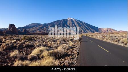 Leere Straße zum Mount Teide auf Teneriffa, Kanarische Inseln, Spanien reisen Hintergrund. Welt entdecken - Stockfoto