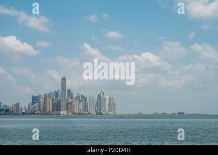 Panama City Wolkenkratzer Skyline am Ozean Küste - - Stockfoto