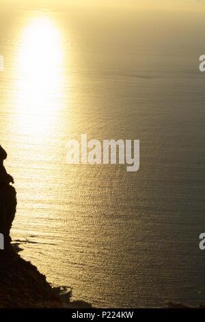 Goldenen Sonnenuntergang über dem Atlantik - Blick von oben auf den Klippen im Norden von Lanzarote - Stockfoto