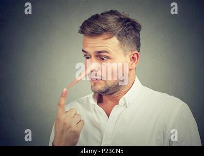Besorgt, entsetzt Mann mit langer Nase. Lügner Konzept. - Stockfoto
