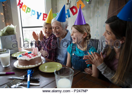 Multi-Generation Frauen feiern ältere Frau - Stockfoto