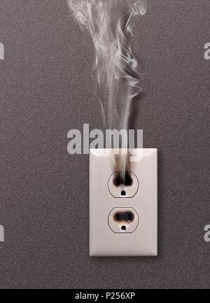 Eine ausgebrannte elektrische Steckdose durch Überlastung durch zu ...
