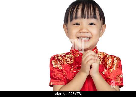 Asiatische chinesische Mädchen tragen Cheongsam mit Gruß Geste Feiern zum chinesischen Neujahrsfest in isolierten weißen Hintergrund - Stockfoto
